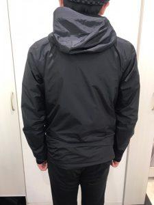 パタゴニアトレントシェルジャケットを着た後ろ姿