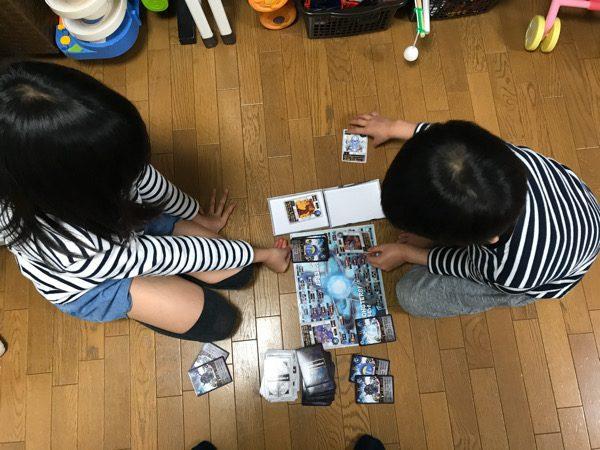 子どもたちがカードゲームをしている様子