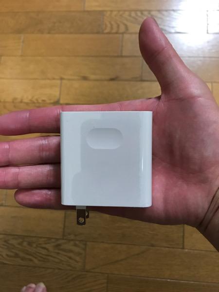 充電器は手のひらより少し小さいサイズ