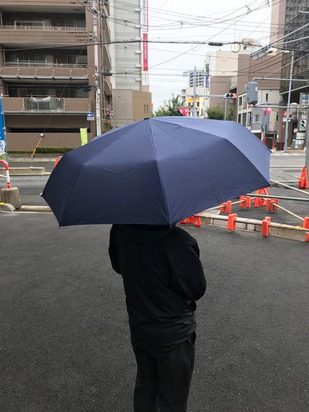 外で傘をさしてみた写真