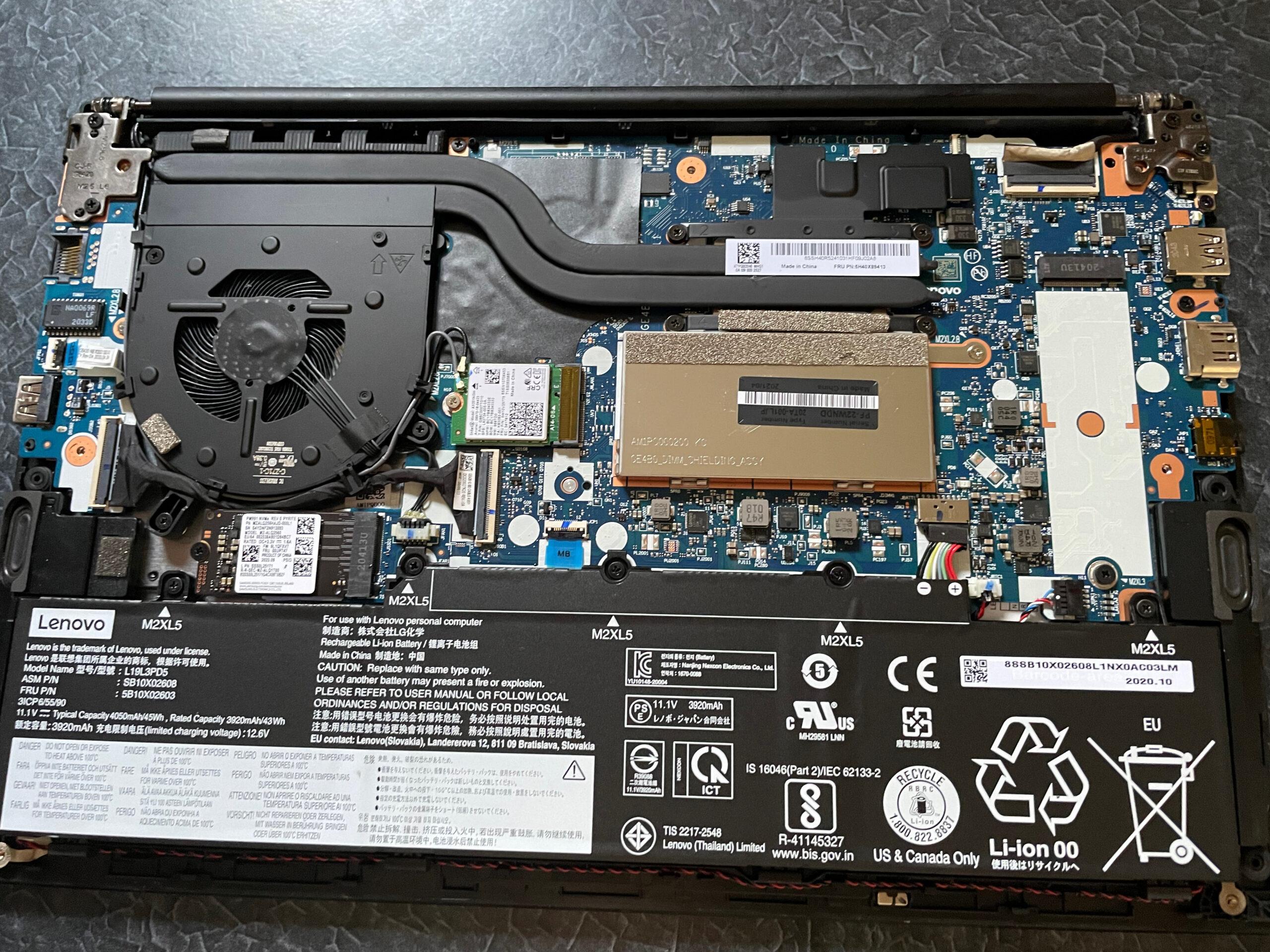 ThinkPad E14 Gen2の裏蓋を外した写真